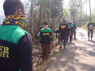 Banser Kiarapedes bersihkan lingkungan dan bantu rehab rumah warga