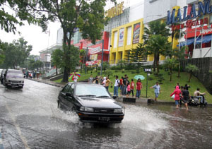 Malang Now : Banjir dimana-mana, penuh bangunan beton, drainase jelek (vantroz.wordpress.com)