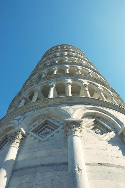 Krzywa Wieża w Pizie widok z bliska