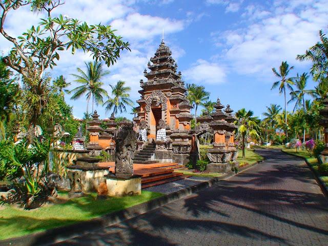Изображение храма на территории туристической зоны на острове Бали, Индонезия