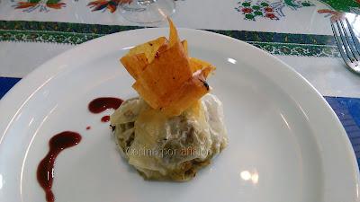 Saquito de pato con alcachofas y setas sobre salsa de foie