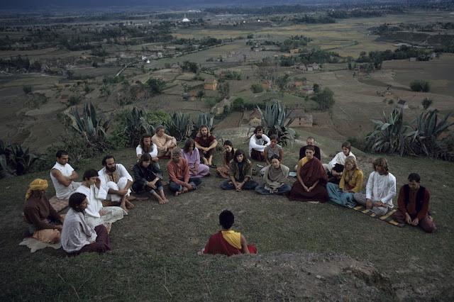 Monje budista y hippies