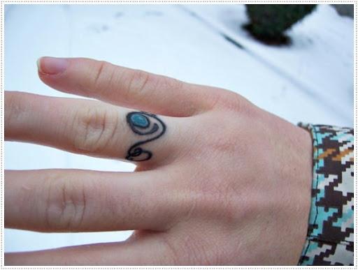 Um anel preto tatuagens para menina