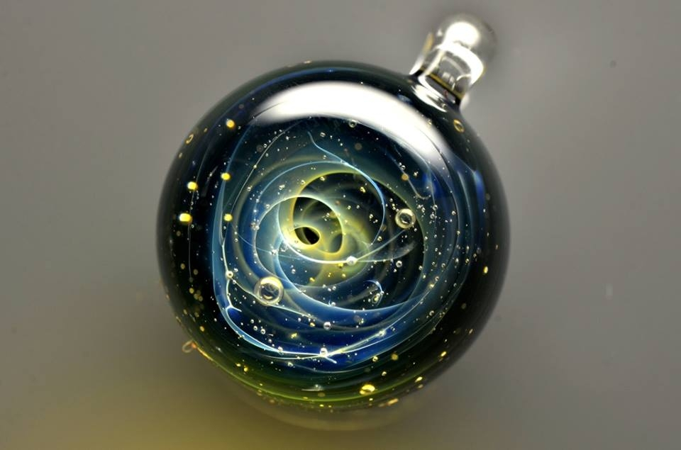 22-Satoshi-Tomizu-とみず-さとし-Galaxies-Sculpted-in-Space-Glass-Globes-www-designstack-co