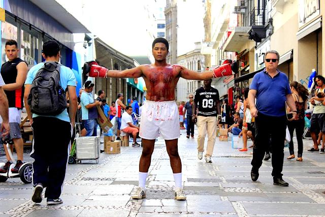 """""""NEGROR"""", peça-panfleto que denuncia o genocídio da população negra no Brasil, estréia nas ruas de SP"""
