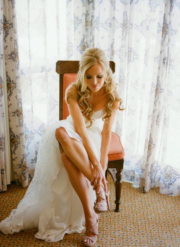 Peinado de novia clásico pelo suelto con medio recogido