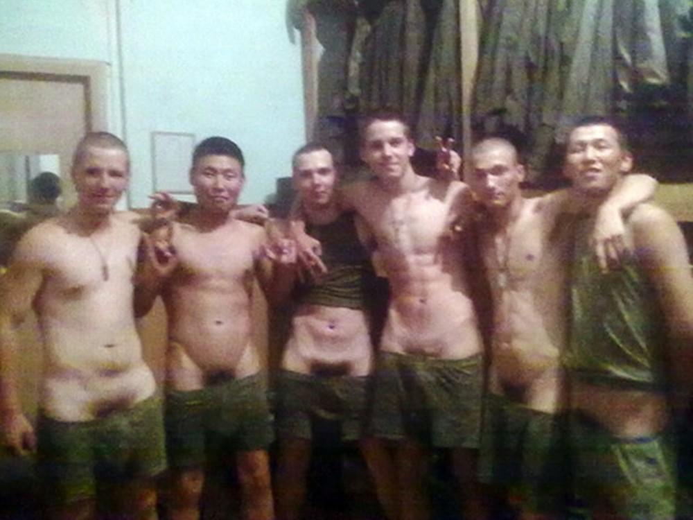 парни в бане в армии видео попытался