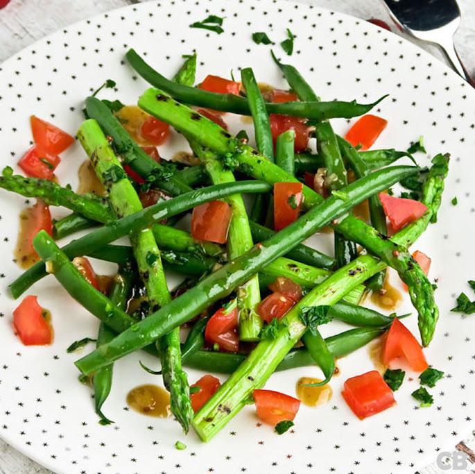 Salade van gegrilde groene aspergepuntjes, haricots verts en tomaten