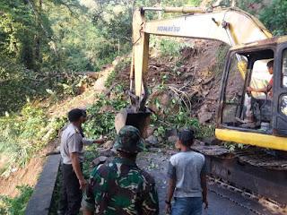 Jalur Lumajang - Malang Lumpuh Total Akibat Tanah Longsor Setinggi 8 Meter Menutup  Akses Jalan