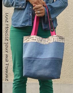 """Sac à main Cabas en jeans recyclés montés façon patchwork, sac semi-rigide, surpiqures roses , tissu coton imprimé """"Paris"""" en extérieur et par petites touches, poche en jeans utilisable appliquée à l'extérieur avec rappel du tissu """"Paris'', poche en jeans utilisable intérieure, intérieur coton rose fuchsia, anses en coton rose et cuir marron véritable rivetées mains , se ferme à l'aide d'un aimant.  Dimensions : 32 x 26 x 15 cm, anse : 60 cm."""