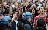 Proteste contro un politico sul palco
