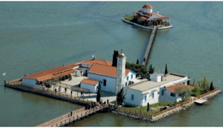 Το ωραιότερο μοναστήρι της Ελλάδας βρίσκεται πάνω σε 2 μικρά νησάκια που ενώνονται με μια ξύλινη γέφυρα