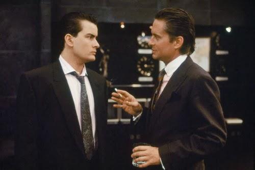 Bud Fox (Charlie Sheen) e Gordon Gekko (Michael Douglas) ficando obscenamente ricos em Wall Street - Poder e Cobiça