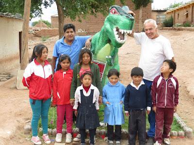 Endlich ist der Dinosaurier in der Grundschule fertig geworden auch die Pfarrei hat Farbe gestiftet