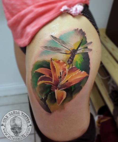 chica con un tatuaje de libelula muy femenino y detallado
