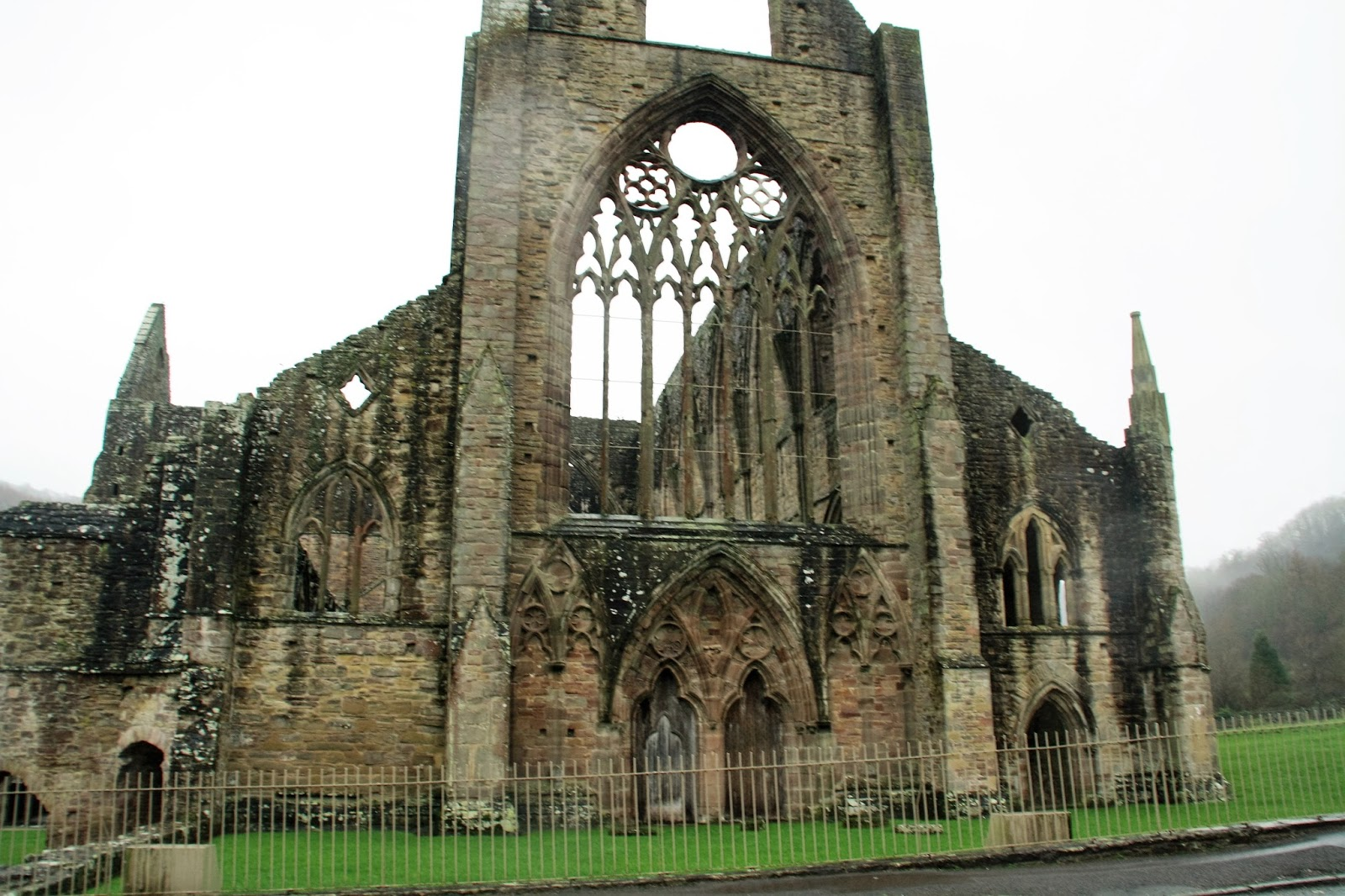 romantic characteristics in tintern abbey