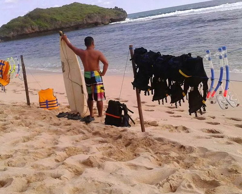 Tinuku Travel Sadranan beach beautiful sand flanked coral islands for camping and directly meet the reef for snorkeling