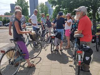 Fietsclub dePund verzamelt bij de Berlage brug
