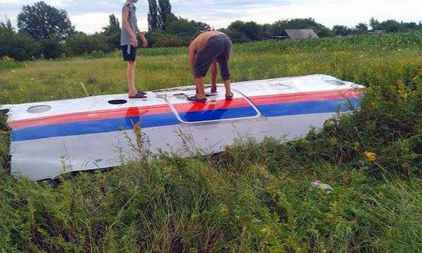 Serpihan pesawat MH17 yang ditembak jatuh