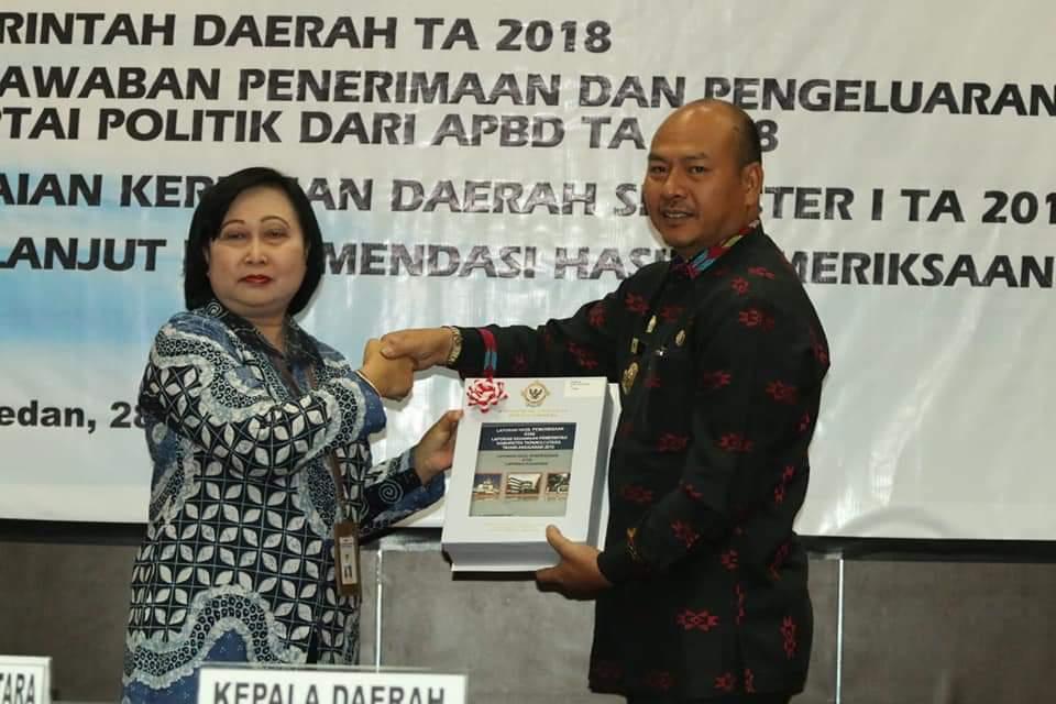 Bupati Nikson Nababan bersama Ketua DPRD Taput terima opini WTP di Medan