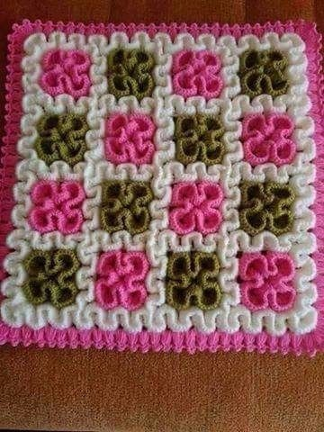 See beautiful free crochet pattern with labyrinth pattern