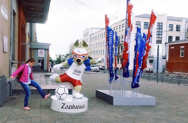 Настя пытается познакомиться с Забивакой и поиграть с ним  в футбол
