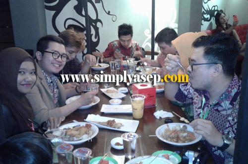 KUMPUL : Food Blogger dan FoodGram Pontianak pada kumpul malam tadi di Red Zone Cafe Pontianak.  Trims undangannya ya.  Foto Asep Haryon