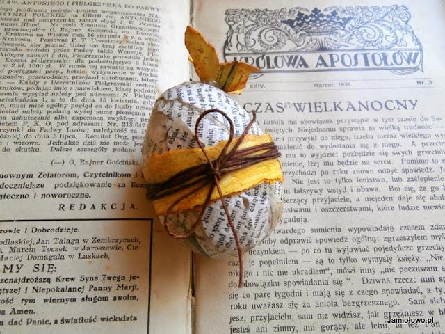 ksiązkowe jajko ozdobione tapetą, sznurkiem i motylkiem