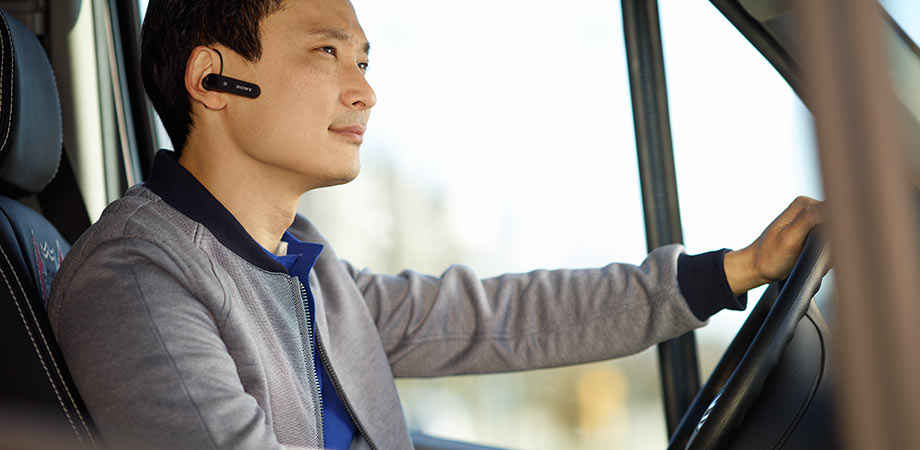 Cara Aman Penggunaan Headset Bluetooth Saat Berkendara di Jalan