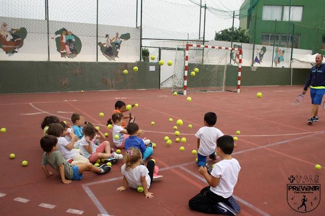 juego pelotas tenis niños arucas