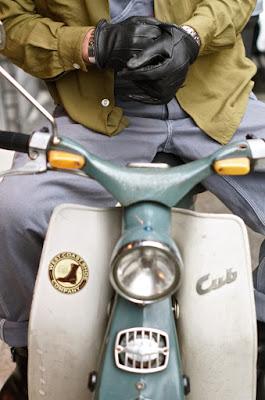 オリジナル色が強い、こちらは1966年式C100。バイクに乗る時の必需品。サリバングーブ