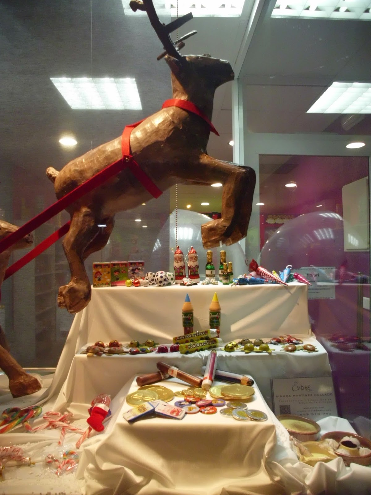 escaparate navideño reno volando expositor chocolate