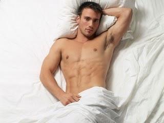 Hombre acostado con erección al despertar