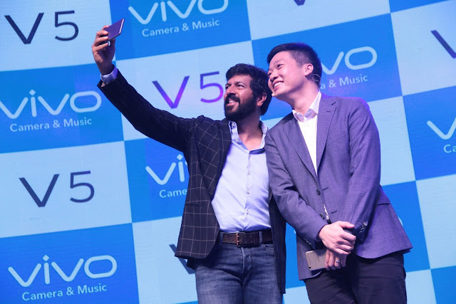Mr. Kabir Khan Bollywood Director & Mr. Kent Cheng- CEO- Vivo India at the launch of Vivo V5 (2)