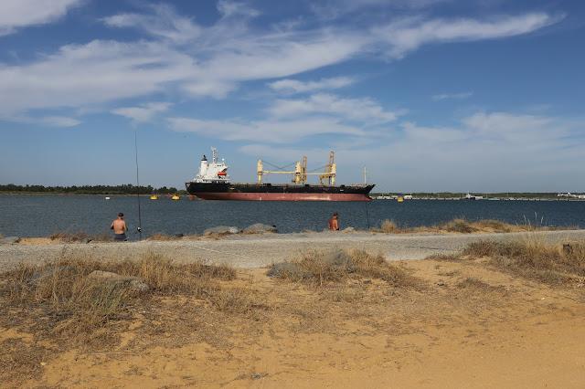 Foto de barco amarado en la entrada a la ría de Huelva desde el Espigón