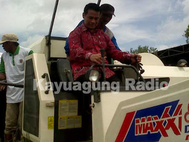Menteri Pertanian Dan Bupati OKI Lakukan Panen Raya di Air Sugihan