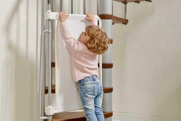 Niño queriendo subir las escaleras
