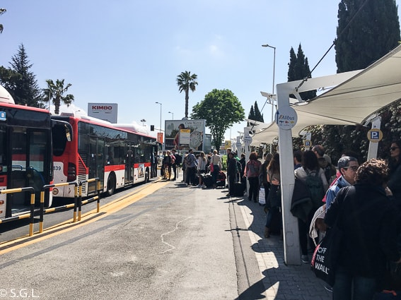 Cola para el Autobus Alibus desde el aeropuerto de Nápoles al Centro