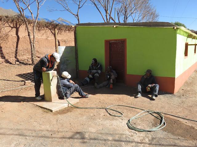 dann gab es für die Arbeiter die verdiente Pause bei Kokablättern wir sind eben in Bolivien