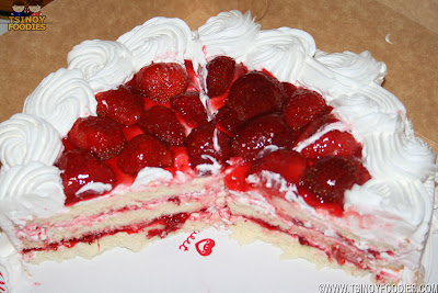 whitre strawberry christmas cake
