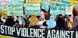 Mujeres protestando en Pakistán contra los crímenes de honor