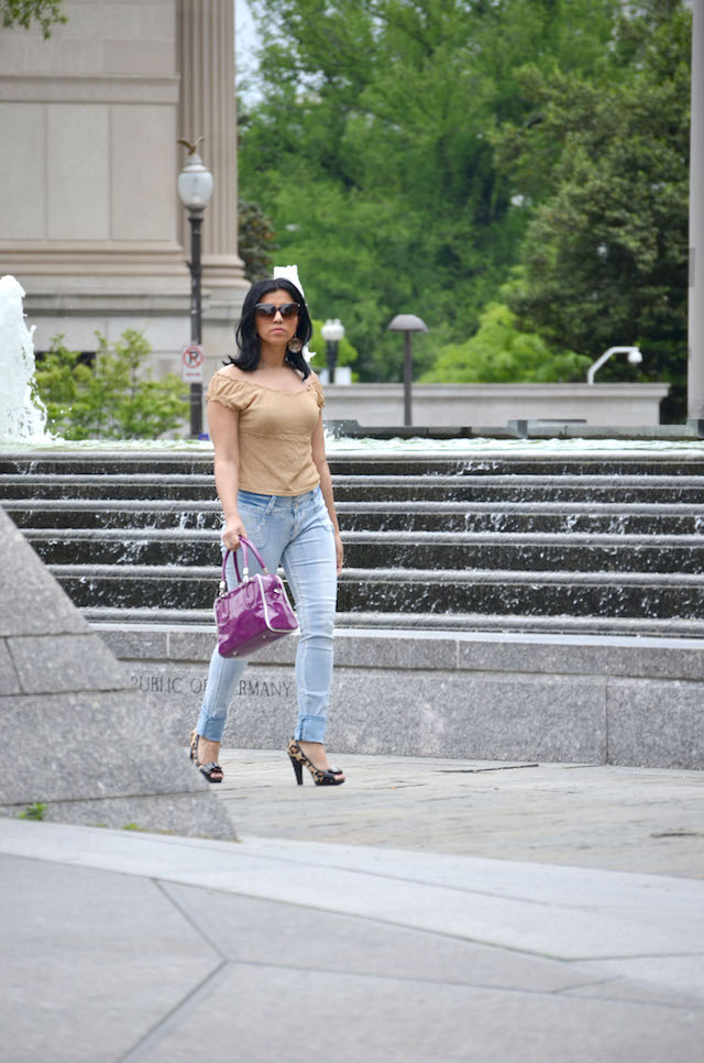 Purple Bag -off shoulder blouse- off shoulder trend-mariestilo-armandhugon-jeans- pantalones vaqueros-outfit con jeans y zapatos animal print