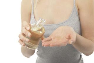 Oleo de coco Protege os cabelos, hidrata a pele e funciona como um protetor solar.