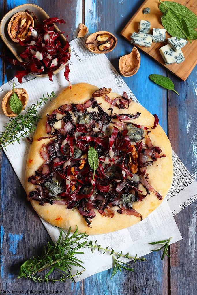 Pizza con radicchio, gorgonzola e noci