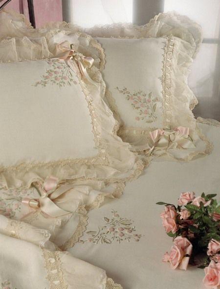 Decoração com almofadas bordadas e customizadas