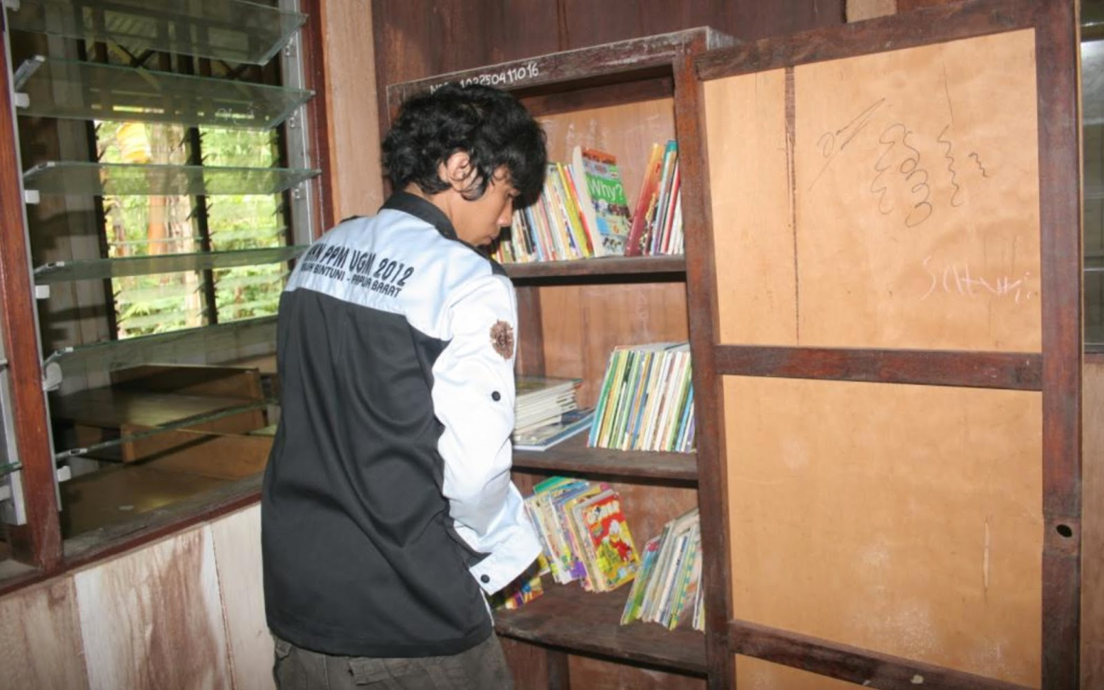 lemari perpustakaan di SD Yakati Teluk Bintuni Papua Barat project Book for Mountain