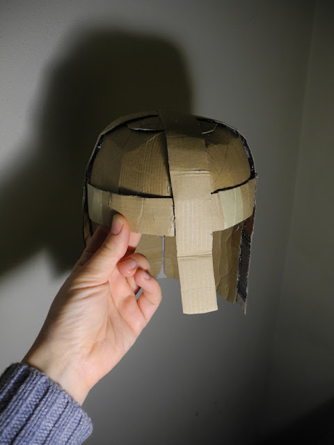 Voglio Una Mela Blu Costruire un elmo medievale di cartone