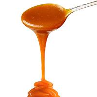 Bir kaşıktan dökülen karamel veya karamela