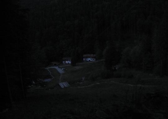 Dolina Wratna w wieczornym mroku.