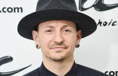 "Biografi Chester Bennington  Biodata  Vokalis Linkin Park, Dead By Sunrise Asal Phoenix, Arizona Negara Amerika Serikat Aktif 1992 untuk menyajikan Tahun Genre (s) nu-metal, rock, post-grunge  Biografi   Chester Bennington, Biografi, Vokalis, Linkin Park, Grup BandChester Bennington lahir di Phoenix, Arizona, Amerika Serikat, 20 Maret 1976, adalah vokalis dari grup musik Linkin Park. Sebelumnya, Chester tergabung ke dalam band ""Grey Daze"". Chester mempunyai satu proyek sampingan bernama ""Snow White Tan"" yang kemudian disebut Chester sebagai ""Dead By Sunrise"". Sejak kecil Chester tertarik di bidang musik, dan inspirasinya adalah Depeche Mode dan Stone Temple Pilots.  Orang tuanya bercerai di akhir 1980an, ketika Chester masih kecil. Akhirnya, Chester berusaha bangkit dengan menggunakan kokain. Chester akhirnya berhasil mengatasi kecanduan nakobranya. Ia bekerja di restoran Burger King sebelum memulai karier sebagai musisi profesional.  Mulanya, band Xero kesulitan mencari vokalis baru setelah vokalis sebelumnya, Mark Wakefield keluar dari band lalu menjadi manajer Taproot. Mereka mendengar tentang Chester, yang berasal dari Arizona, Amerika Serikat. Xero langsung mengirimkan sebuah kaset kosong dan meminta Chester untuk merekam suaranya di kaset itu. Chester langsung merekamnya dan mengirimkannya kembali kepada Xero. Band itu terkesan lalu merekrut Chester ke dalam band. Setelah"